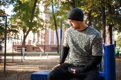 Feche acima do retrato do homem ativo forte com corpo muscular do ajuste Fazendo exercícios do exercício imagem de stock royalty free