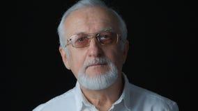 Feche acima do retrato do homem superior em uma camisa branca no fundo preto video estoque