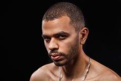 Feche acima do retrato do indivíduo preto atrativo novo no preto do estúdio Foto de Stock Royalty Free