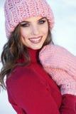 Feche acima do retrato do inverno de uma mulher de sorriso nova em um chapéu cor-de-rosa Imagem de Stock