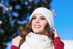 Feche acima do retrato do inverno de uma mulher de sorriso nova em um chapéu cor-de-rosa Fotografia de Stock