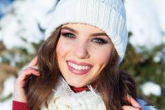 Feche acima do retrato do inverno de uma mulher de sorriso nova em um chapéu cor-de-rosa Foto de Stock Royalty Free