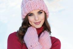 Feche acima do retrato do inverno de uma mulher de sorriso nova em um chapéu cor-de-rosa Imagens de Stock