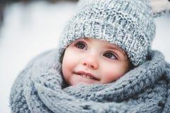 Feche acima do retrato do inverno do bebê de sorriso adorável imagem de stock
