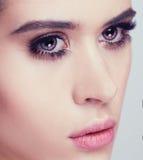 Feche acima do retrato do modelo novo bonito com bordos cor-de-rosa e miliampère Foto de Stock Royalty Free