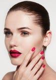 Feche acima do retrato do modelo novo bonito com bordos cor-de-rosa e miliampère Fotografia de Stock