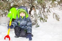 Feche acima do retrato do rapaz pequeno feliz adorável que sorri felizmente na câmera em um dia ensolarado do ` s do inverno Imagens de Stock