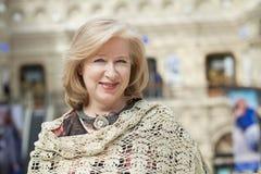 Feche acima do retrato facial de uma mulher superior bonita Foto de Stock Royalty Free