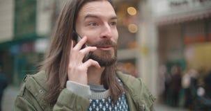 Feche acima do retrato do homem do moderno que faz o telefonema fora em uma cidade filme