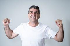 Feche acima do retrato do homem surpreendido e feliz que comemora a vitória e a loteria wining foto de stock royalty free