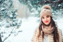 feche acima do retrato do inverno da jovem mulher de sorriso que anda na floresta nevado imagens de stock royalty free