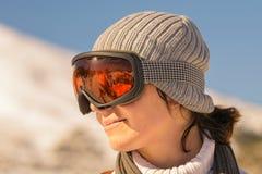 Feche acima do retrato lateral de uma mulher após o esqui imagens de stock