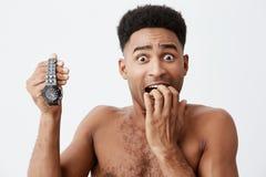 Feche acima do retrato preto 'sexy' atrativo do indivíduo americano descascado com cabelo encaracolado sem roupa que guarda o rel Imagens de Stock