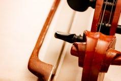 Feche acima do rolo do violino e curve Imagem de Stock Royalty Free