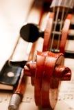 Feche acima do rolo do violino e curve Foto de Stock
