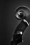 Feche acima do rolo do violino e curve Fotos de Stock Royalty Free