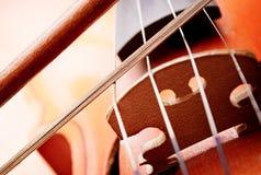 Feche acima do rolo do violino e curve Imagem de Stock