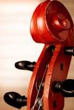 Feche acima do rolo do violino na frente da partitura Foto de Stock