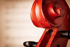 Feche acima do rolo do violino na frente da partitura Fotos de Stock