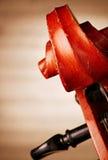 Feche acima do rolo do violino na frente da partitura Foto de Stock Royalty Free