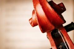 Feche acima do rolo do violino na frente da partitura Imagens de Stock Royalty Free