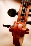 Feche acima do rolo e do Pegbox do violino Fotos de Stock