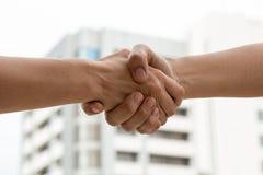 Feche acima do sócio que agita a mão após o negócio Foto de Stock Royalty Free