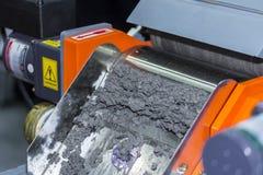 Feche acima do separador magnético da máquina para o material ferroso e não-ferroso separado fotografia de stock