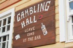 Feche acima do Signage de madeira do estabelecimento Fotos de Stock Royalty Free