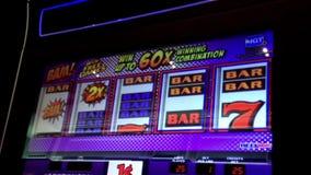 Feche acima do slot machine vídeos de arquivo