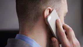 Feche acima do smartphone chamando principal do homem de negócios video estoque