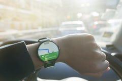 Feche acima do smartwatch de observação do homem e aplicação Google Maps da utilização Fotografia de Stock