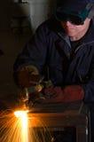 Feche acima do soldador com faíscas alaranjadas Foto de Stock