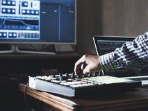 Feche acima do som da gravação da mão do ` s do homem no estúdio da música da gravação usando o equipamento moderno novo com gran imagens de stock