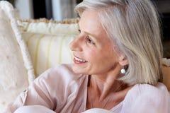 Feche acima do sorriso atrativo de uma mulher mais idosa fotografia de stock royalty free