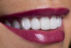 Feche acima do sorriso cor-de-rosa dos bordos foto de stock