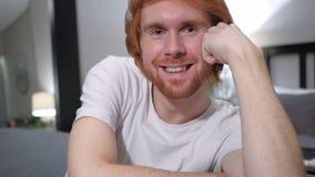 Feche acima do sorriso homem ocasionalmente de assento do ruivo fotografia de stock