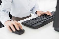 Feche acima do teclado e do rato de computador das mãos Imagem de Stock Royalty Free
