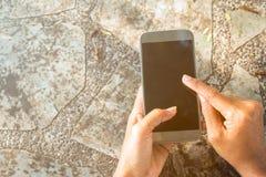 Feche acima do telefone celular do uso da mulher imagens de stock royalty free