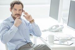 Feche acima do telemóvel de fala do homem de negócios Fotografia de Stock