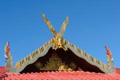 Feche acima do telhado decorado da igreja de Wat Si Pan Ton Foto de Stock