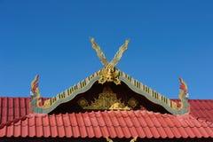 Feche acima do telhado decorado da igreja de Wat Si Pan Ton Fotografia de Stock