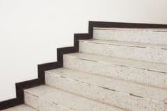 Feche acima do terraço das escadas, assoalho de mármore dentro lateralmente de uma parede imagens de stock