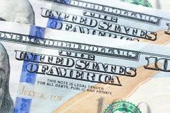 Feche acima do texto do ESTADOS UNIDOS DA AMÉRICA no dólar americano 100 b Imagens de Stock