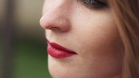 Feche acima do tiro da cara de uma mulher que tenha uma composição natural em sua cara video estoque