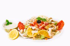 Feche acima do tiro da galinha deliciosa Caesar Salad With Half Cut Le fotografia de stock royalty free