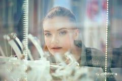 Feche acima do tiro da jovem mulher atrativa que compra para fora a joia Fotografia de Stock