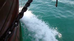 Feche acima do tiro da parte dianteira do barco filme