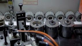 Feche acima do tiro das engrenagens que giram em uma máquina de borda da borda video estoque