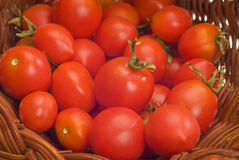 Feche acima do tiro de Cherry Tomatoes In Basket Foto de Stock